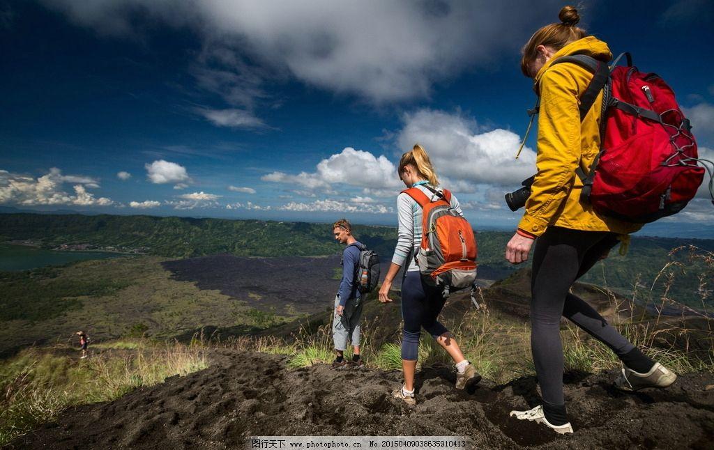背包客 背包 男女 驴友 背影 旅行 徒步旅行 山脉 相机 蓝天 白云
