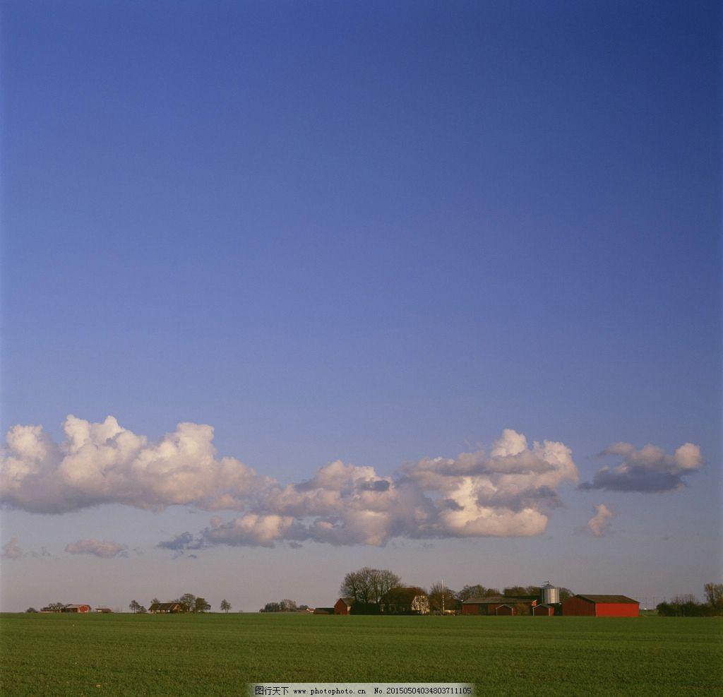 草地 阴天 房子 背景 天空 摄影 自然景观 自然风景