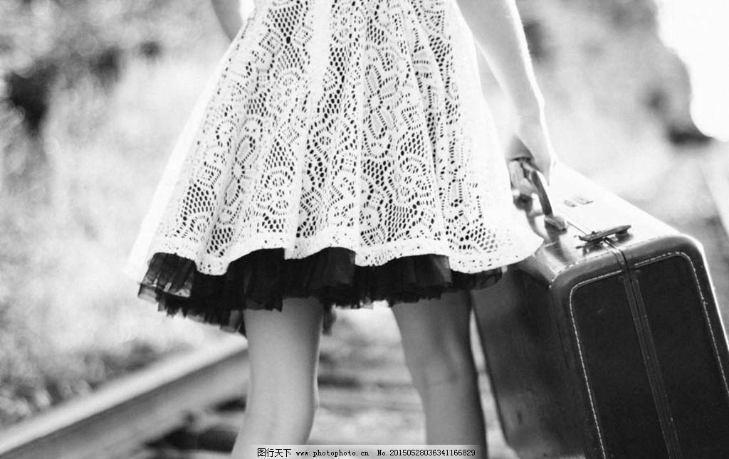 行李箱 黑白 轨道