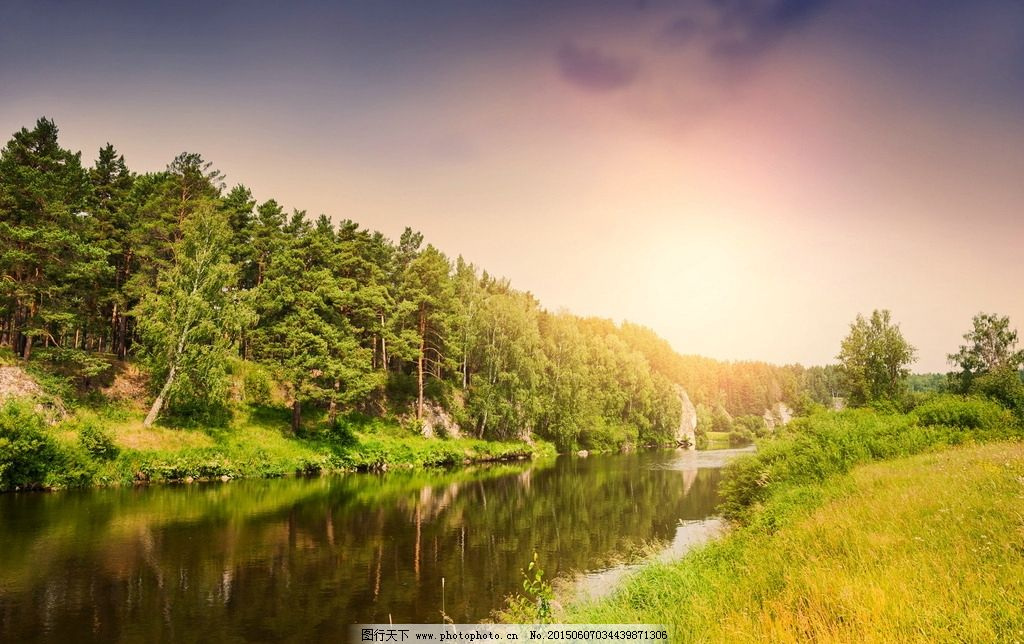 夏天河岸风景图片