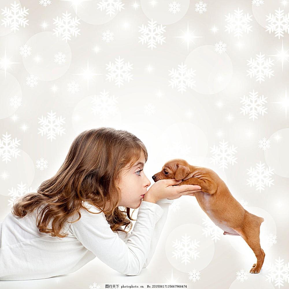 和小狗玩耍的女孩 雪花 儿童 小孩 宠物 动物 动物摄影 动物素材