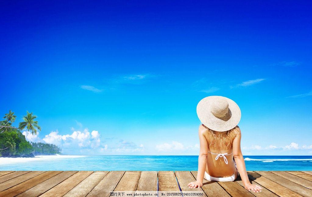 海边美女 椰树 沙滩 木地板 模特 夏季主题 遮阳帽 美女 蓝天 白云