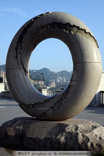 阳光下的雕塑 中国 重庆 南滨路1圆环 龙行 石台 蓝天 白云 山岭
