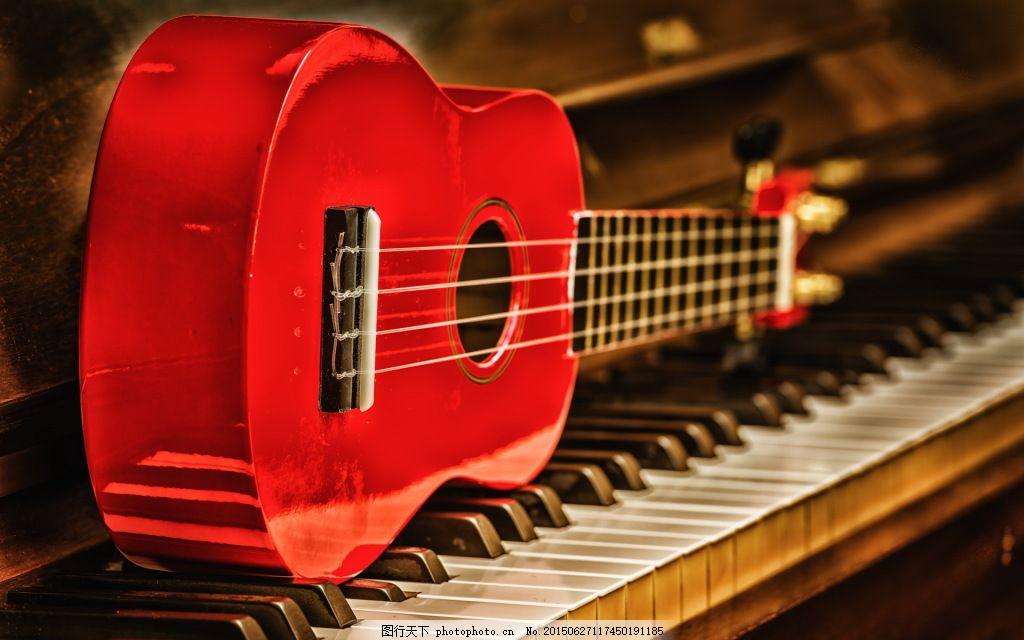 钢琴上的小提琴图片