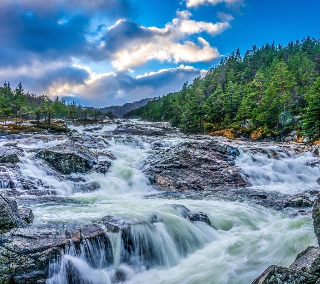 蓝天白云森林溪流背景 蓝天 白云 森林 溪流 水流 小溪 瀑布 梦幻