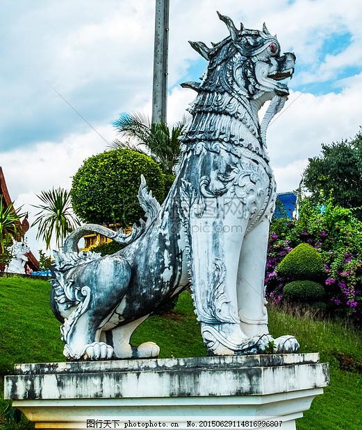 蓝天下咆哮的狮子 石像 雕像 狮子动物 咆哮 石头 雕刻     红色 jpg